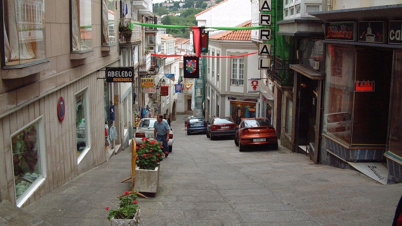 Cumpleaños vecinal para Sofía Gómez a sus 84 años.La farmacia está situada en rúa Plateiros, en Betanzos.