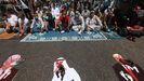 Palestinos protestan contra el nuevo acuerdo entre Israel y los Emiratos Árabes, tachando imágenes del príncipe de Abu Dhab, Mohammed bin Zayed al-Nahyan, y el primer ministro de Israel, Benjamin Netanyahu