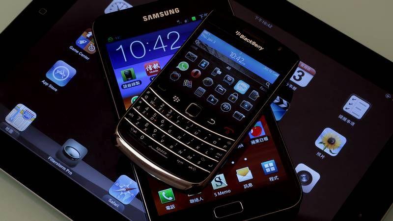 Galaxy S4: El nuevo hijo de Samsung.Los gallegos del viaje de Ron Barceló: el grupo del pontevedrés Javier López y las chicas de Vigo.