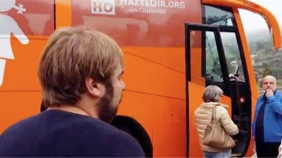 Imagen de Daniel Ripa junto al autobús de Hazte Oír.Imagen de Daniel Ripa junto al autobús de Hazte Oír