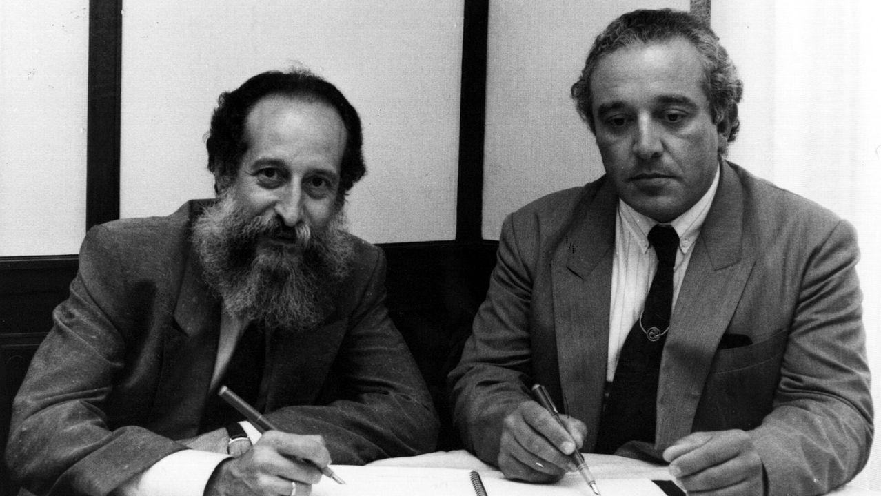 Santos Oujo (derecha) firmando un convenio de colaboracion con el economista Germán Ancochea