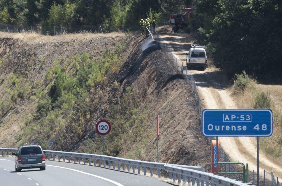 El fuego afectó a un talud junto a la autopista a partir de las 13.07 horas, en la zona de Botos.