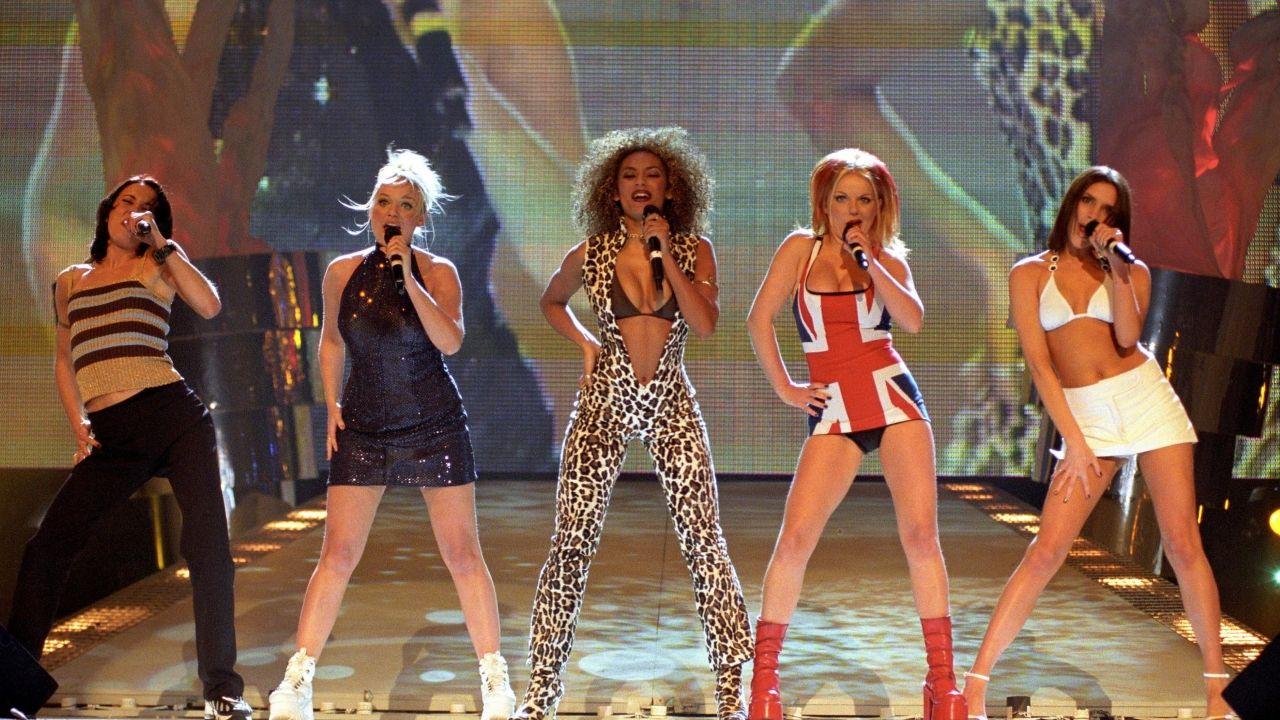 Mel B (en el centro) y Geri Halliwell (cuarta por la izquierda), en un concierto del grupo