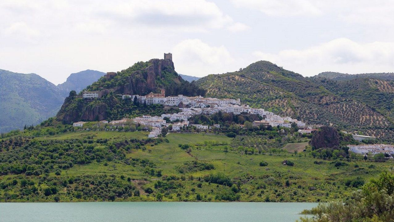 Vista de la localidad gaditana de Zahara de la Sierra, en plena sierra de Grazalema y dentro de la ruta de los pueblos blancos