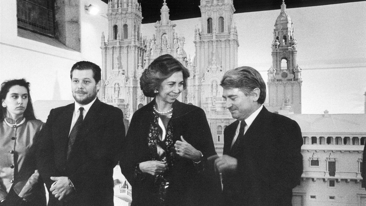 Frente a la maqueta de la Catedral de Santiago que iría después a la Expo de Sevilla en 1992