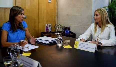 La ministra Mato conversa con la presidenta del Observatorio de Violencia del Poder Judicial.