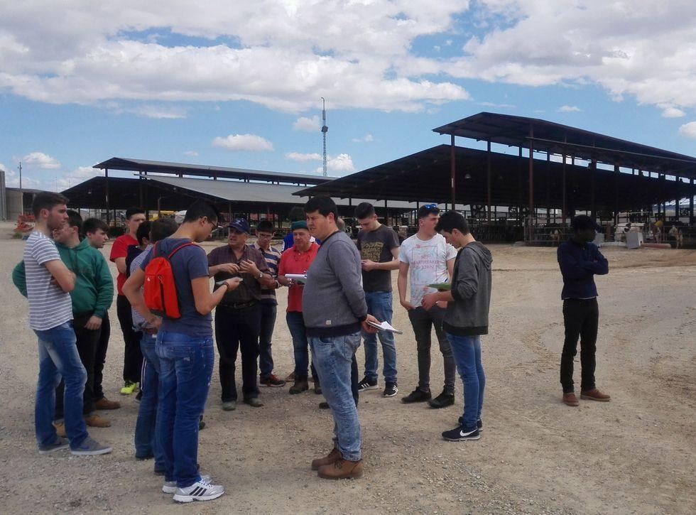 La delegación de estudiantes de Fonteboa, en la Granja San José, en el municipio de Tamarite de Litera.