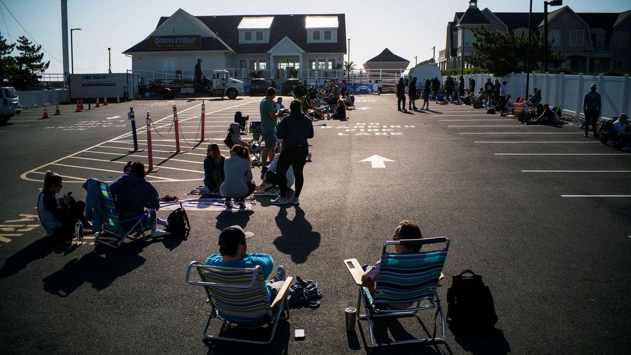 La gente hace cola para ir a la playa de Seabright en el primer día en que Nueva Jersey levantó la restricción