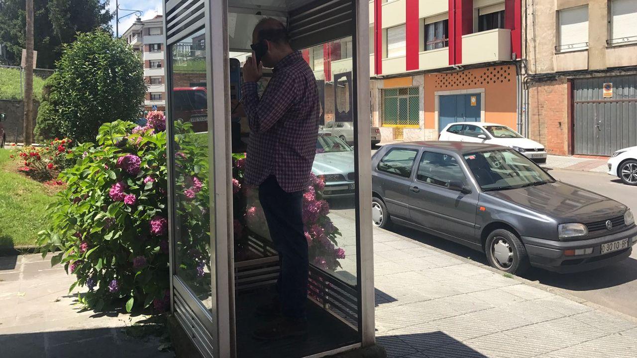 Un usuario, utilizando una cabina telefónica en Pola de Siero