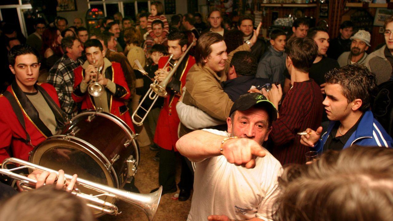 Las imágenes del sorteo de Lotería de Navidad.El bar Lino, en Araño, prolongó hasta la madrugada la celebración por el Gordo de Navidad en el 2003