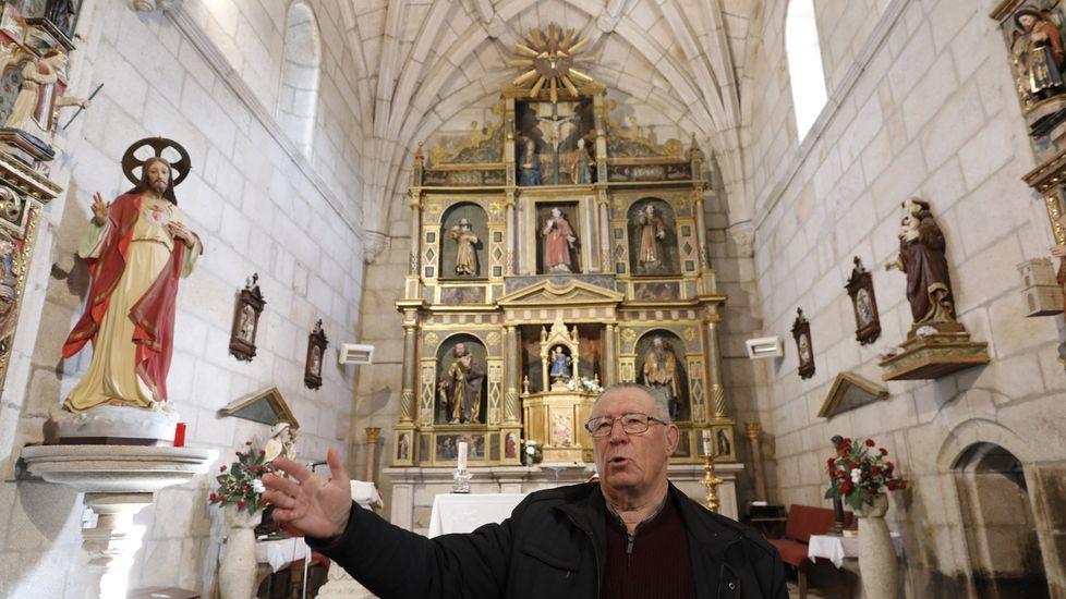 El párroco, Manuel Vidal, ante el retablo tardomanierista de Francisco de Moure