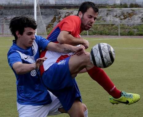 La emoción de Luis Suárez.El ceense Berto se anticipa a un jugador del Malpica en el campo A Pedra Queimada.