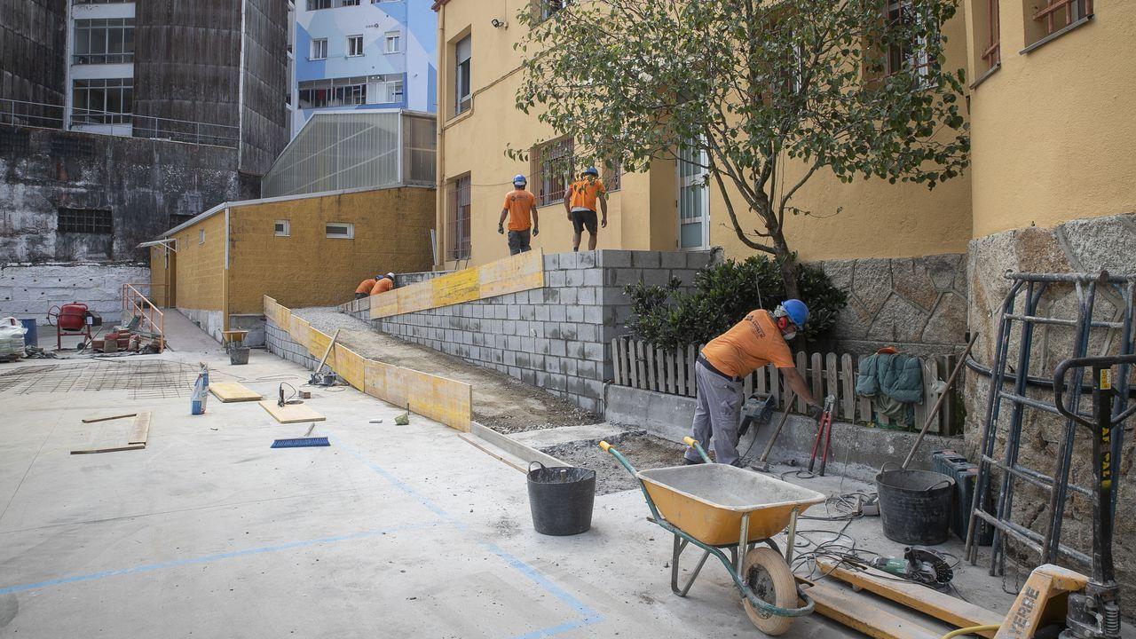 Los barbanzanos llenan el mirador del pico Muralla.Colegio como O Grupo apuran las obras, en este caso, de instalación de una rampa de acceso