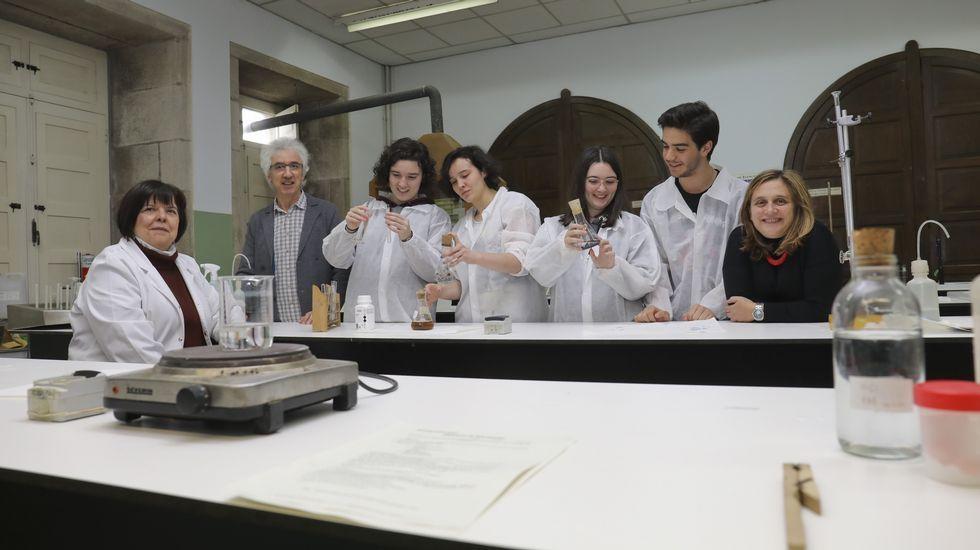 Esther, Julia, Andrea y Gael con su profesora Charo García-Echave (primera por la izquierda), el director del IES Rosalía, Xavier Mouriño, y Dolores García Gómez, coordinadora del programa BI