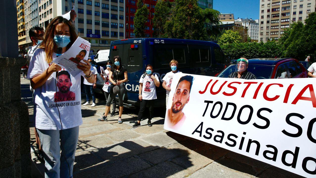 Marcha en el centro de A Coruña por el asesinato de Diego Bello.Chalet ocupado en la Avenida Nueva York número 31 A Zapateira, en A Coruña