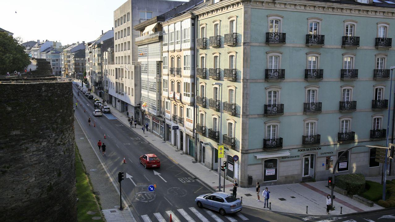 Así están los pasos de cebra de la ciudad.El antiguo restaurante Porta da Estación, el primer edificio, está en venta y alquiletr