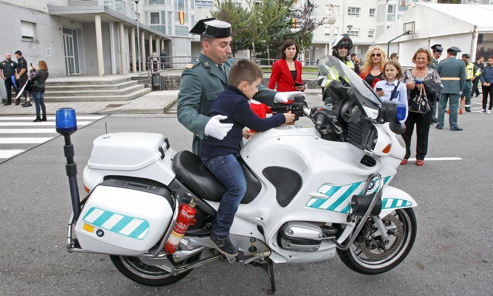 Tras los actos oficiales, los más pequeños pudieron conocer de cerca el equipamiento de la Guardia Civil.