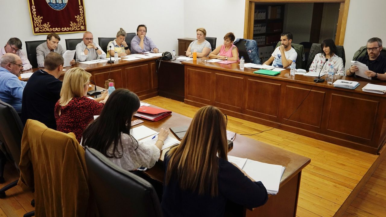 Ourense contra la violencia machista.El alcalde de Chantada, Manuel Varela, con el diploma que acredita el premio recibido por su ayuntamiento