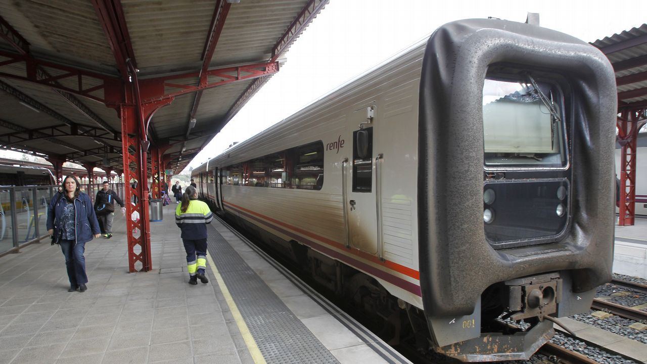 Tensión en el debate sobre el tren del Nalón.Trenes de Renfe estacionados en Pola de Lena. El temporal de nieve ha interrumpido esta mañana el tráfico ferroviario entre Asturias y León, por lo que Renfe ha puesto en marcha un plan alternativo de transporte de viajeros