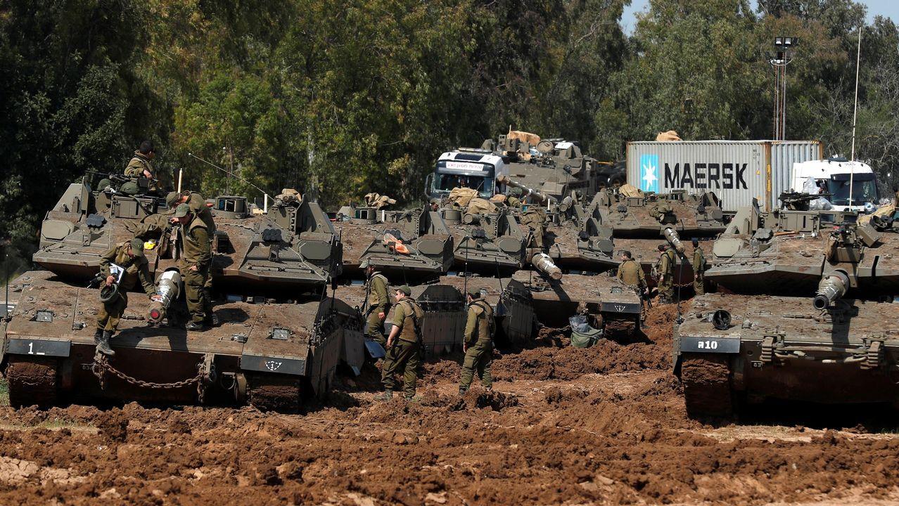 Salvaje retirada de las garras de una joven leona en Gaza.Soldados israelíes montan guardia junto a carros de combate cerca de la Franja de Gaza
