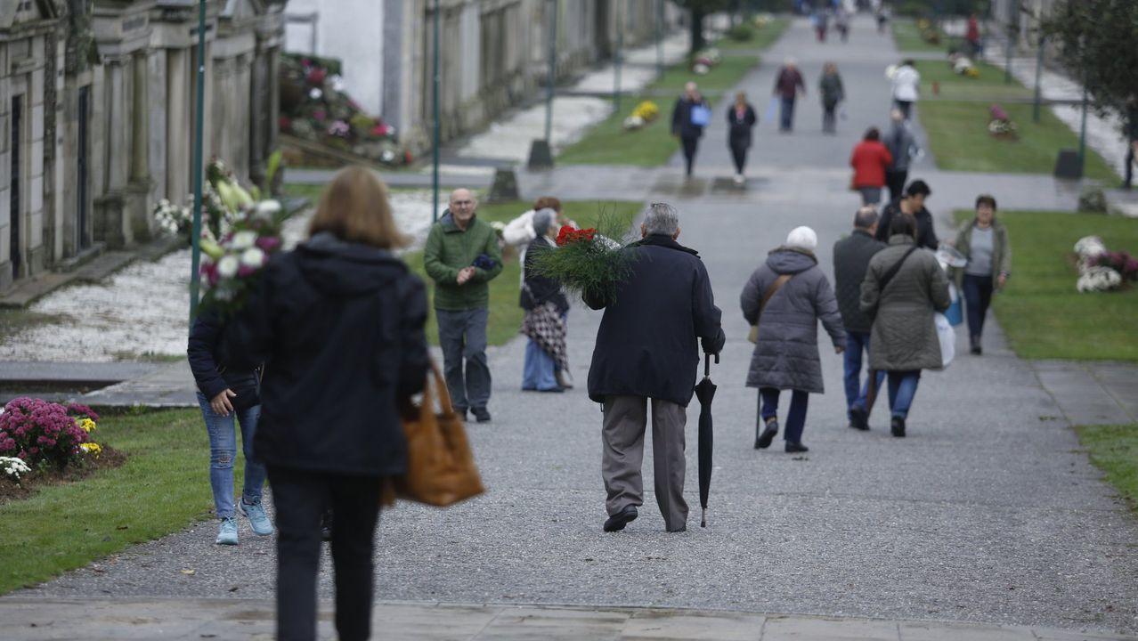 Minuto de silencio de las funerarias.Los manifestantes colgaron a un muñeco que representaba a Macron