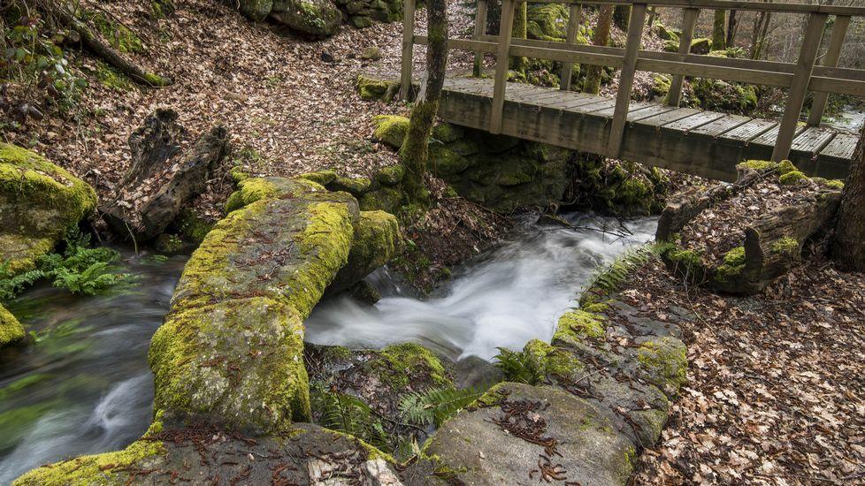 Otro antiguo  pasadoiro  o puente de piedra sobre el arroyo de Xabrega