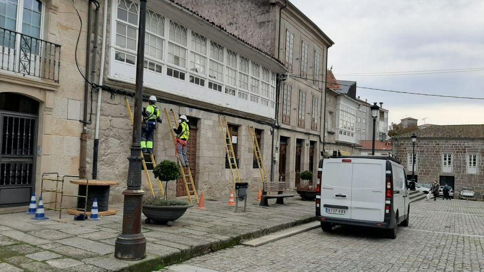 La empresa de A Ulloa que procesa 7 millones de kilos de castaña.Operarios de Rede Aberta trabajan en la instalación de la fibra óptica en el casco antiguo de Chantada