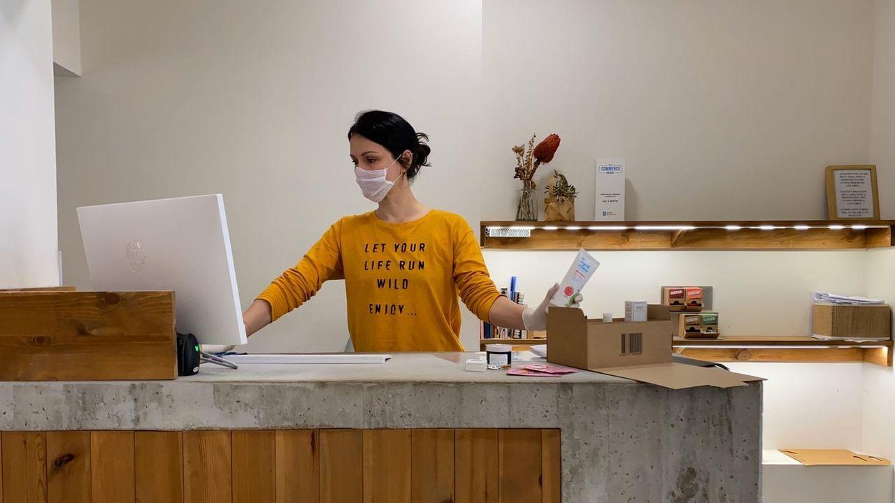 Una opción: fabricar tu propia mascarilla. La marca neoyorquina Strada enseña  a hacerlas  en su web.
