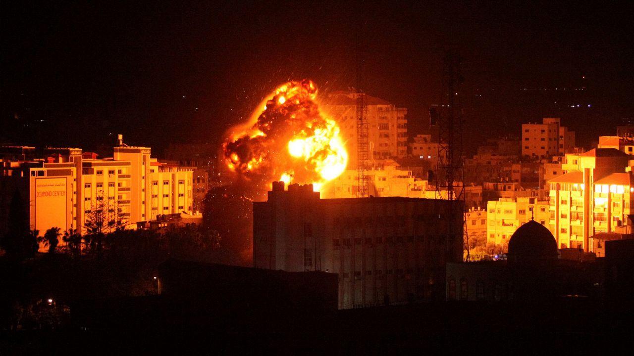 Salvaje retirada de las garras de una joven leona en Gaza.Los bombardeos israelíes sobre la ciudad de Gaza comenzaron mientras Netanyahu estaba en EE.UU.