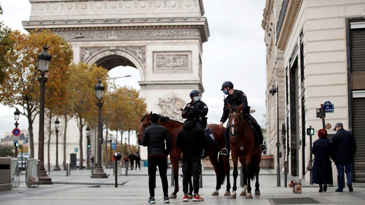 Feijoo pide al Gobierno regular el uso obligatorio de las mascarillas FFP2 en determinados contextos.Policias a caballo patrullan por el centro de París