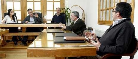 El alcalde (segundo por la izquierda)w, debatiendo en el pleno de ayer con el portavoz del PP (a la derecha).