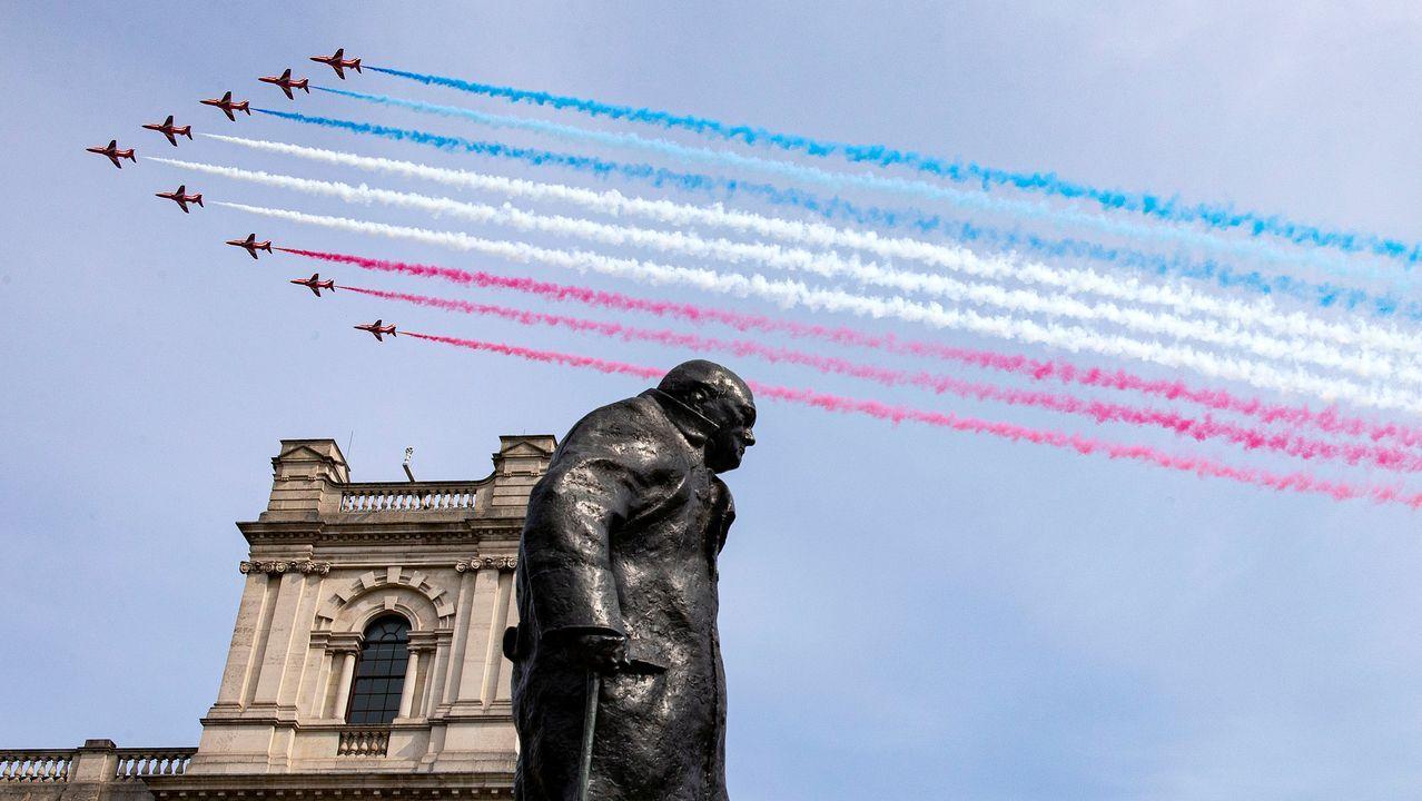 Los Flechas Rojas, que sobrevolaron el centro de Londres, pasan sobre la estatua de Churchill