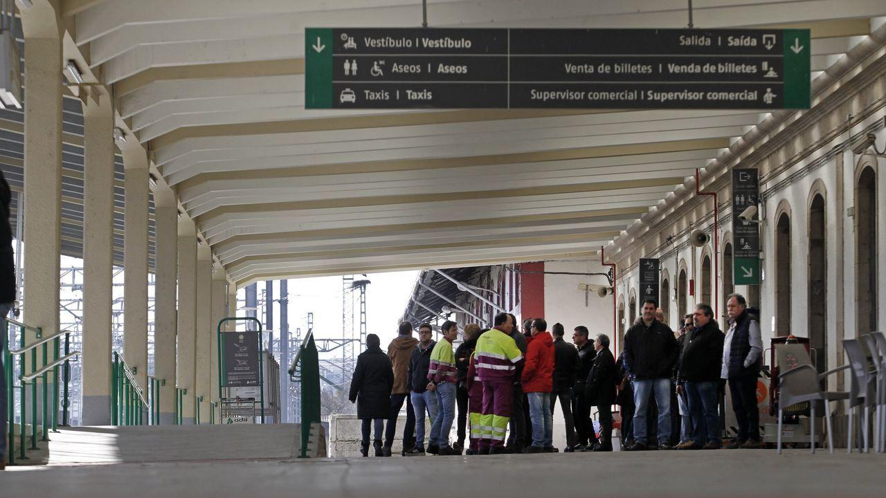 Ferroviarios en el andén principal de la estación de Monforte, en una imagen de archivo