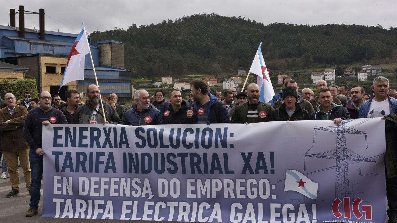 Las imágenes del 1 de mayo en A Coruña.Alcoa cerrará parcialmente las fábricas de A Coruña y de Avilés en julio si no logra venderlas antes; en la foto, la de San Cibrao, que se salvaría de esta quema