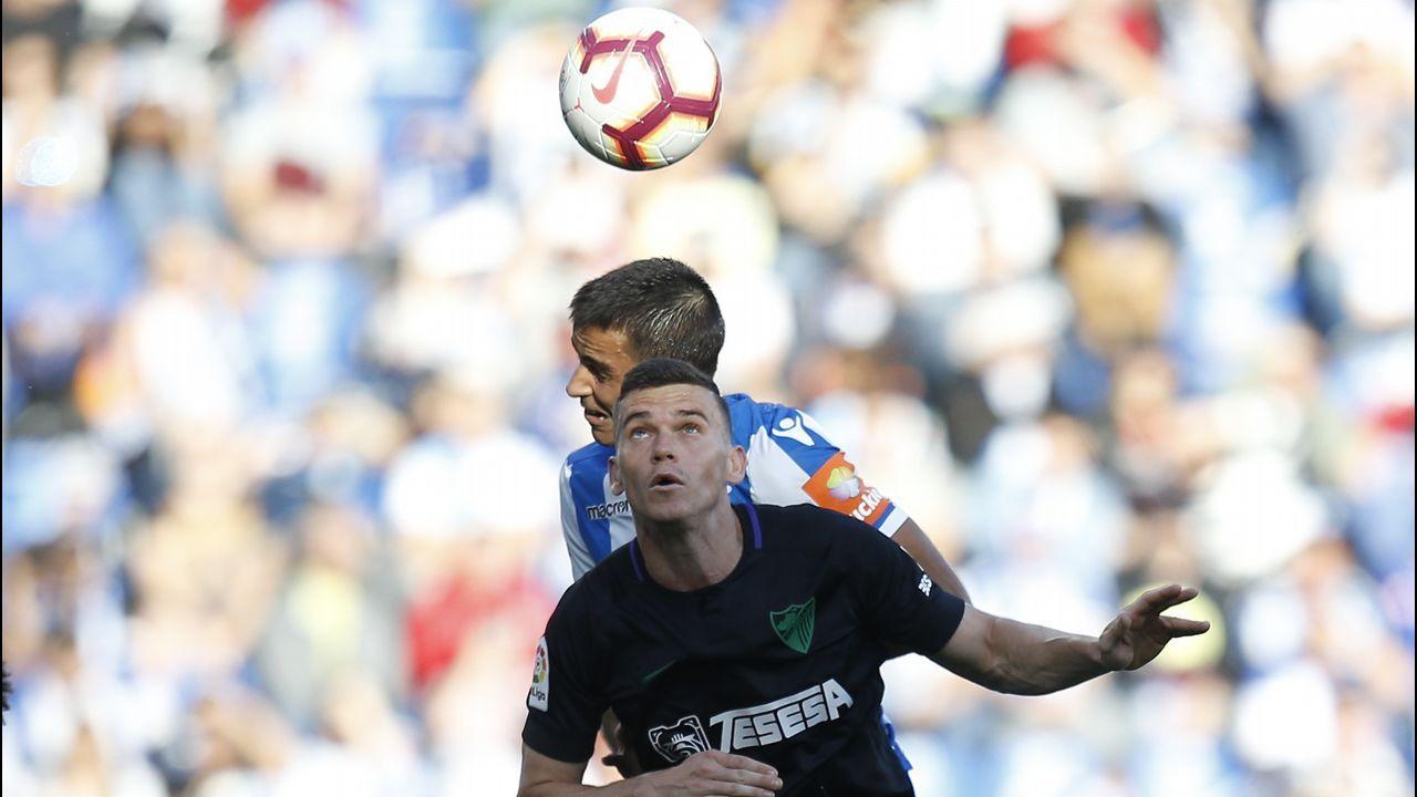 Gol Luis Suarez Ramon Folch Nastic Real Oviedo Nou Estadi.Saúl Berjón protege un balón en el Nàstic-Oviedo