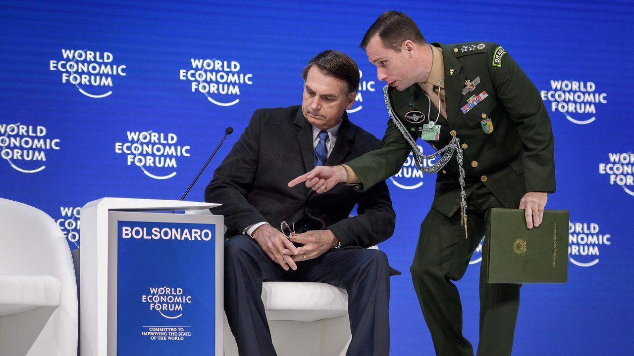 Un militar muestra el traductor automático a Bolsonaro antes de su discurso en Davos