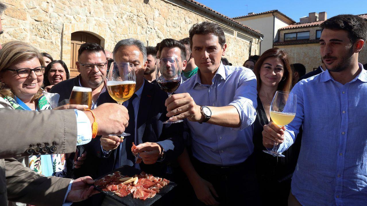 Albert Rivera, este jueves, degusta jamón con militantes y simpatizantes de Ciudadanos en Salamanca