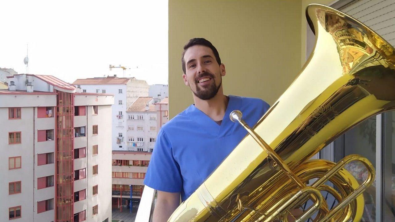 Pedro Lamas, sosteniendo su tuba.