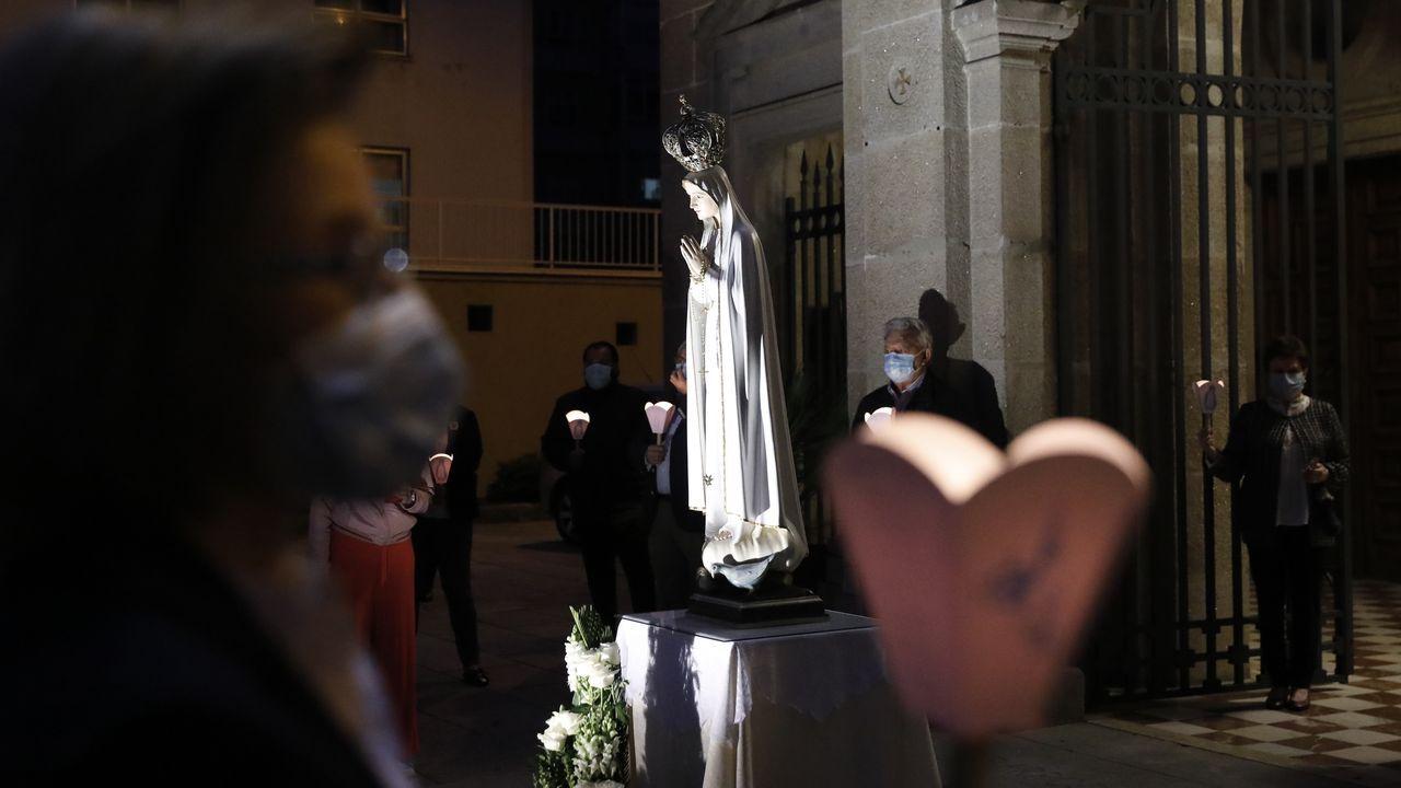 Las restricciones por la pandemia impidieron celebrar la procesión de Fátima.Los vecinos de Bristol obseran el pedestal donde estaba la estatua de Colston
