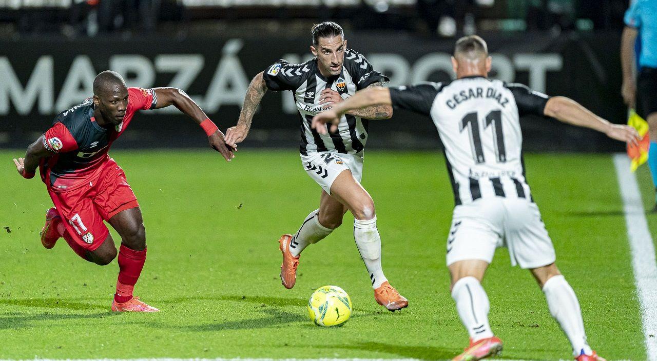 Marc Mateu, en el centro, en el partido entre el Castellón y el Rayo Vallecano