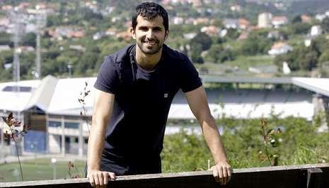 El Deportivo 2013/2014 da sus primeras carreras.Álex Díaz, el jueves en Canido, con el estadio de A Malata al fondo, donde debutó con el Racing hace casi diez años.
