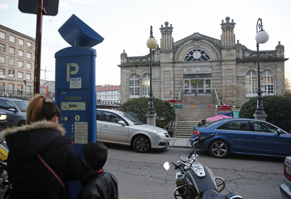 La zona azul no mitiga las dificultades para estacionar cerca de la plaza de Abastos.