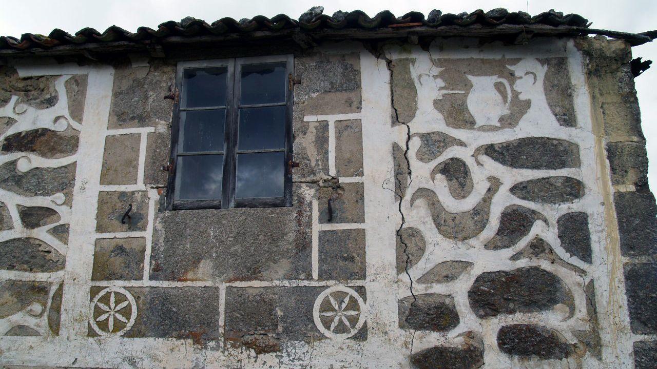 Otro aspecto de la casa con esgrafiados de Vilariño de Arriba, que tiene la estructura muy deteriorada