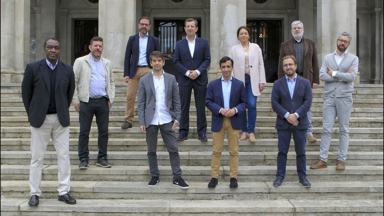 Estimación de voto en Ferrol.De izquierda a derecha, en la fila de abajo, Anicet Lavodrama (SF); Carlos del Río (Xuntos Actúa); Jorge Suárez (FeC); José Manuel Rey (PP); Jorge Juan Álvarez (CCD). Y en el fila de arriba, Ángel Mato (PSOE); Alejandro Langtry (Cs); Patricia Castro (VOX); Bernardo Lorenzo (Marea de Ferrol) e Iván Rivas (BNG)