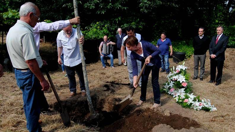 La madre de unas de las víctimas planta un árbol