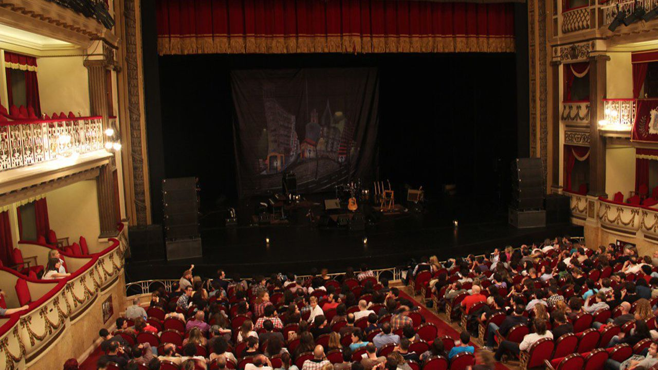 II Concurso de canto Compostela Lírica, organizado por la asociación Amigos de la Ópera.Teatro Campoamor antes del inicio de una función