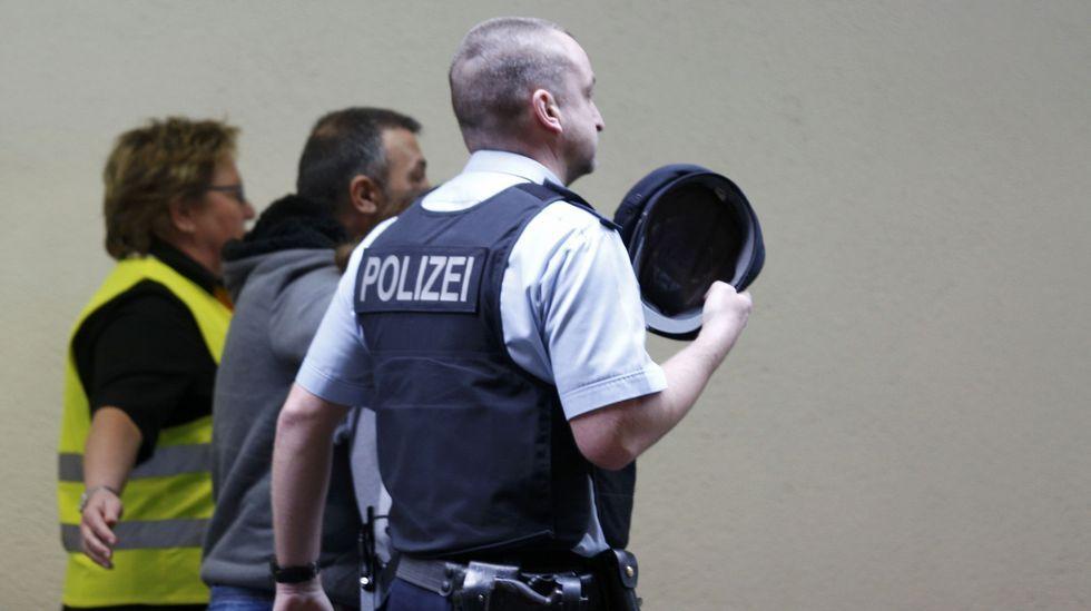 Trabajadores del aeropuerto alemán también están recibiendo a los familiares de las víctimas