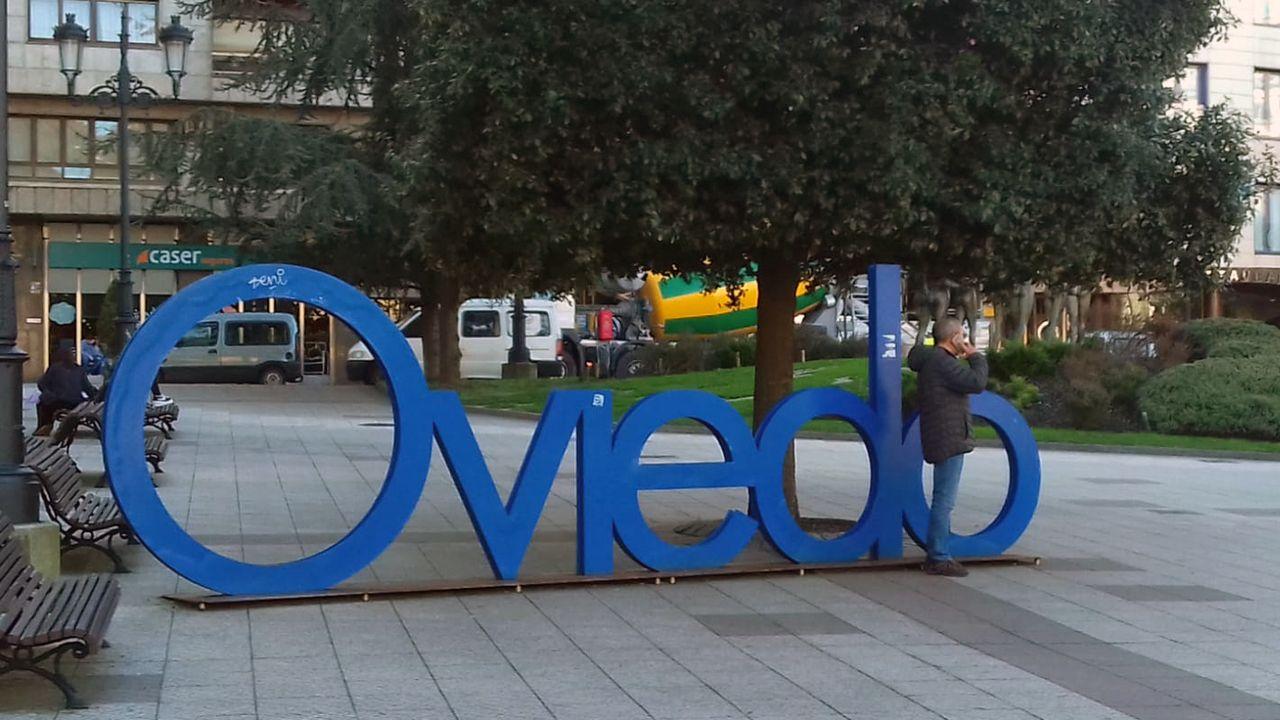 Centro Niemeyer.Letrero de Oviedo en la plaza del Carbayón