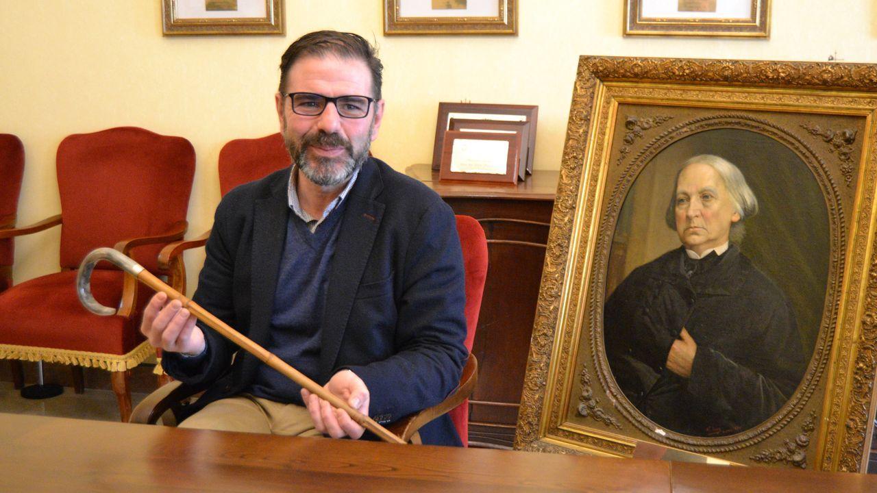 Ángel Mato, con el bastón de Carballo Calero y un retrato de Concepción Arenal, en la presentación de los actos de homenaje que rendirá el Concello a los dos intelectuales