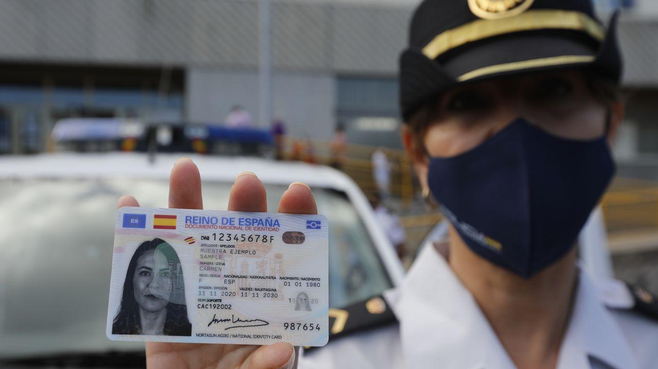 Conductas peligrosas de peatones de Santiago.Una agente muestra el nuevo modelo europeo del Documento Nacional de Identidad